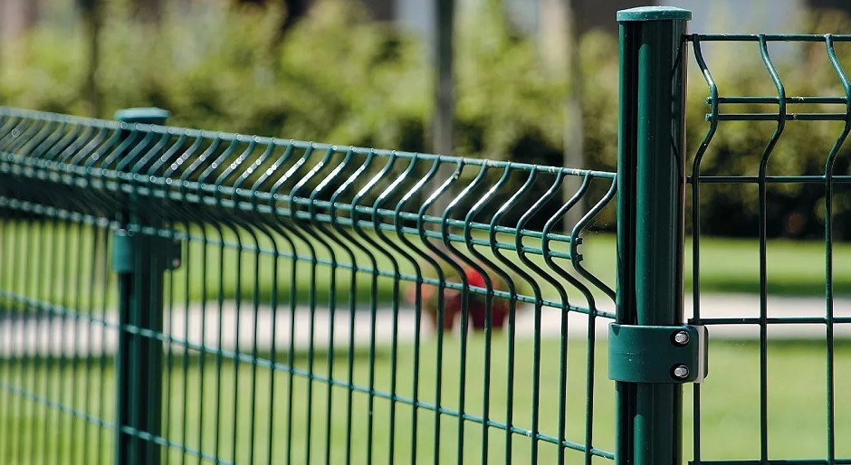 Заборы из сварной сетки: преимущества и особенности конструкций